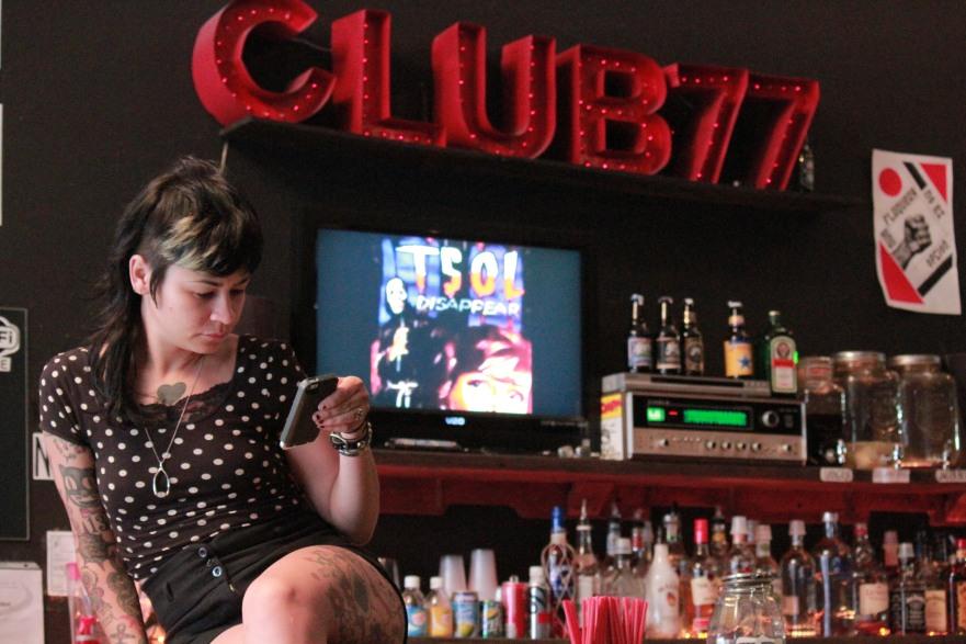 Kristen tiene que llegar a la práctica del Roller Derby. / Foto por: Camila Frías Estrada