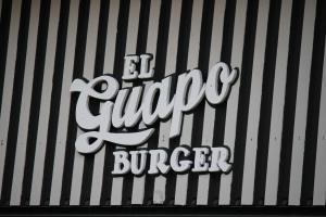 El Guapo Burger ubica en la 1102 de la Ave. Ponce de León, dentro de Club 77. / Foto por: Camila Frías Estrada
