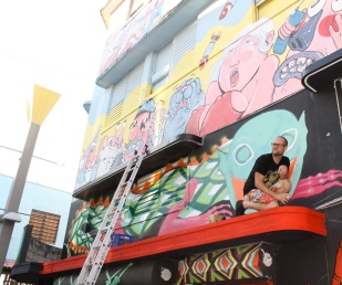 SKINNER y su mural.