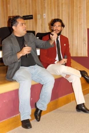 El profesor José Luis Vega conversa con Enrique Olivares.